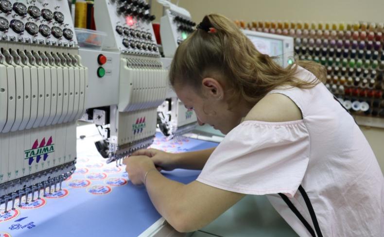 Работа на производстве для девушки девушка модель работа москва для парней